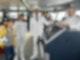 Bei ihrer ersten Reise als Schiffsärztin auf dem Traumschiff erhält Dr. Delgado (Collien Ulmen-Fernandes, 2.v.l.) Unterstützung durch ihren Neffen Timo (Otis Whigham, l.). Kapitän Parger (Florian Silbereisen, 2.v.r.) und Staffkapitän Grimm (Daniel Morgenroth, r.) begrüßen die Neuankömmlinge an Bord.