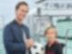 Timo (Otis Whigham, r.) träumt von einer Fußballkarriere und kann seinen Augen kaum trauen, als er an Bord seinem Fußballidol Lars Meyer (Marlon Boess, l.) begegnet.