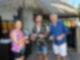 Als Teambuilding-Maßnahme wollen Kapitän Max Parger (Florian Silbereisen, M.) und Staffkapitän Martin Grimm (Daniel Morgenroth, r.) einen gemeinsamen Tauchgang absolvieren. Die Leiterin der Tauchschule (Johanna Klante, l.) gibt ihnen wertvolle Tipps.